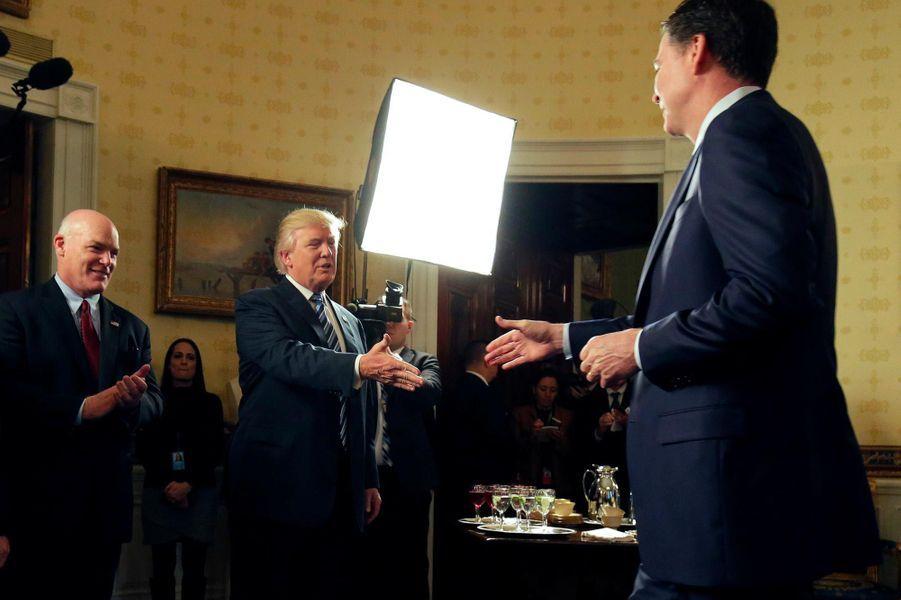 """Rencontre avec James Comey dans le Bureau ovale, le 22 janvier 2017. Le patron du FBI a écrit que le président américain lui avait demandé de prêter allégeance et d'être clément avec Michael Flynn, deux requêtes auxquelles il ne s'est pas plié. Son renvoi a entraîné la nomination du procureur spécial Robert Mueller.A lire, notre interview de James Comey :""""Trump revient sans cesse sur l'histoire du chantage sexuel. C'est étrange"""""""