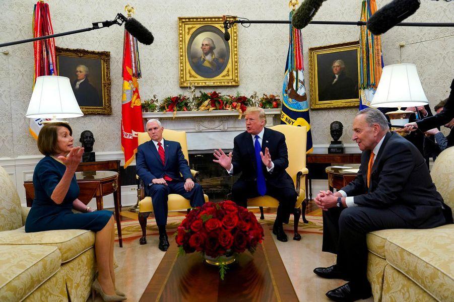"""Les négociations pour mettre fin au «shutdown» au point mort, avec Nancy Pelosi et Chuck Schumer dans le Bureau ovale, le 11 décembre 2018.A lire :Mécontent, Donald Trump quitte une réunion sur le shutdown en disant """"bye-bye"""""""