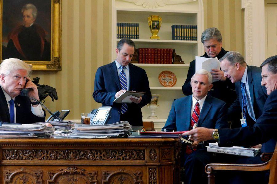 Premier appel avec Vladimir Poutine. Face à Donald Trump, Michael Flynn, conseiller à la sécurité nationale contraint à la démission et qui a depuis témoigné auprès de Robert Mueller.A voir : Michael Flynn, ex-conseiller de Trump... et témoin précieux