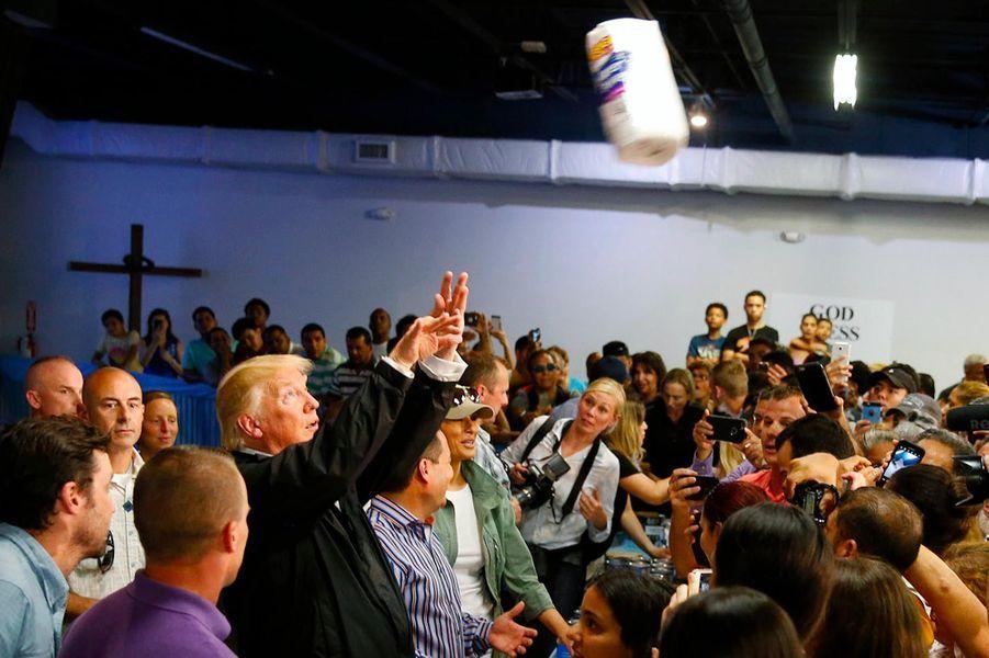 L'empathie, un point faible du président américain, démontré notamment avec un déplacement à Porto Rico, dévasté par l'ouragan Maria, le 3 octobre 2017.A voir :A Porto Rico, face aux rescapés de Maria, Donald Trump lance... de l'essuie-tout