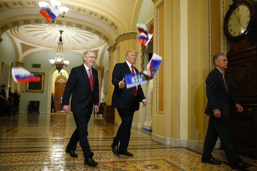 Les soupçons de collusion entre la Russie et la campagne Trump font l'objet d'une enquête. Le 24 octobre 2017, des drapeaux russes sont lancés vers Donald Trump.A voir :Au Capitole, Donald Trump a reçu... des drapeaux russes
