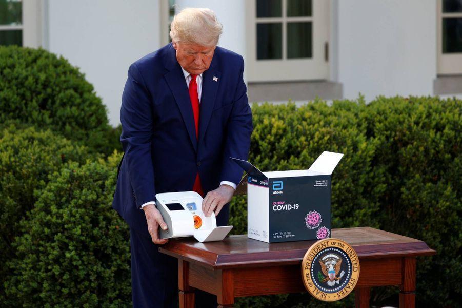 Donald Trump a présenté à la Maison-Blanche un appareil permettant un test rapide pour détecter le coronavirus, le 30 mars 2020.