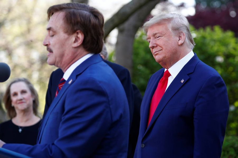 Donald Trump et le PDG de My Pillow Michael Lindell à la Maison-Blanche, le 30 mars 2020.