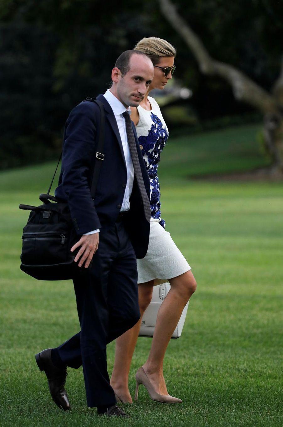 Stephen Miller et Ivanka Trumpquittant la Maison Blanche, le 30 août 2017.