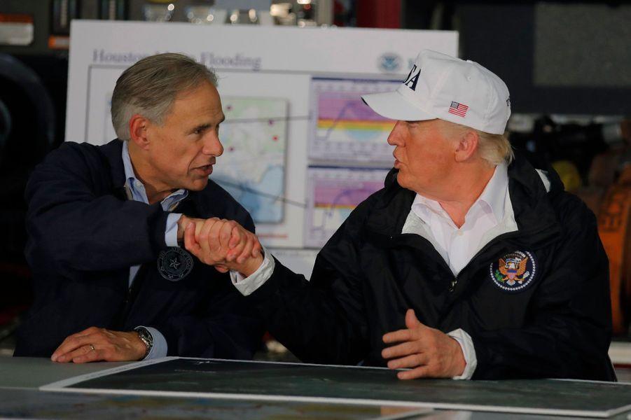 Donald Trump dans le centre de crise de Corpus Christi, au Texas.