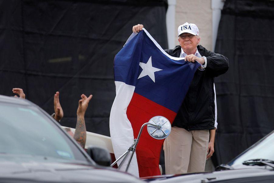 Donald Trump brandit le drapeau du Texas à son arrivée à Corpus Christi.