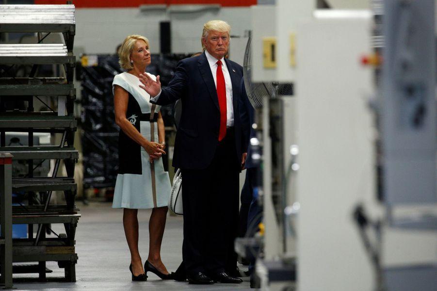 Betsy DeVos et Donald Trump au Waukesha County Technical College de Pewaukee, dans le Wisconsin, le 13 juin 2017.