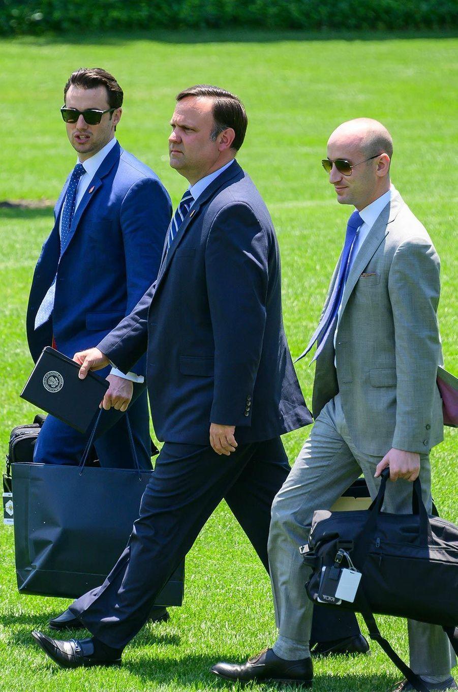 Nicholas Luna, Dan Scavino et Stephen Millerquittant la Maison-Blanche, le 26 juin 2019.