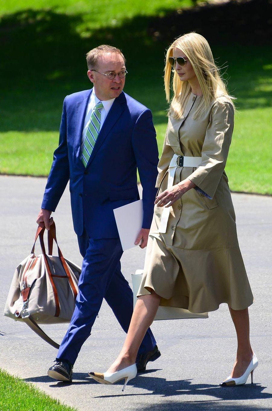 Ivanka Trump et Mick Mulvaney quittant la Maison-Blanche, le 26 juin 2019.