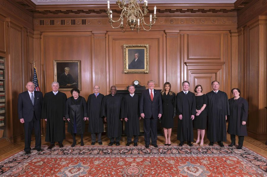 Donald et Melania Trump entourés des juges de la Cour suprême, le 8 novembre 2018.