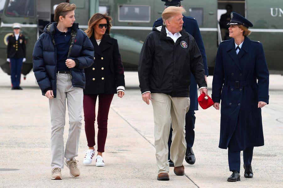 Barron, Donald et Melania Trump avant de s'envoler pour l'Alabama, le 8 mars 2019.