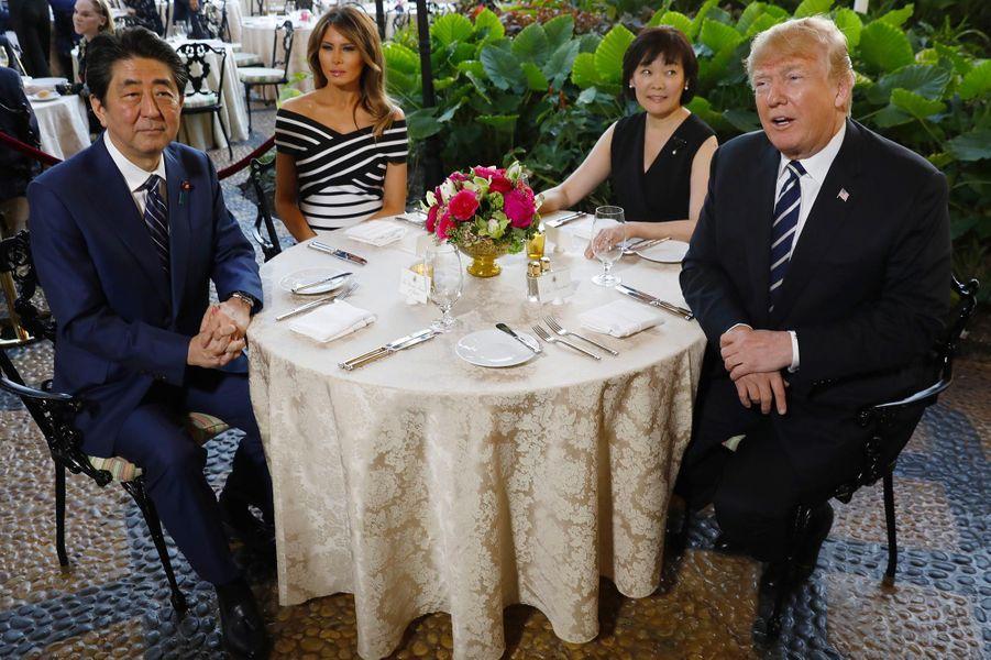 Shinzo Abe, Melania Trump, Akie Abe et Donald Trump à Mar-a-Lago, le 17 avril 2018.