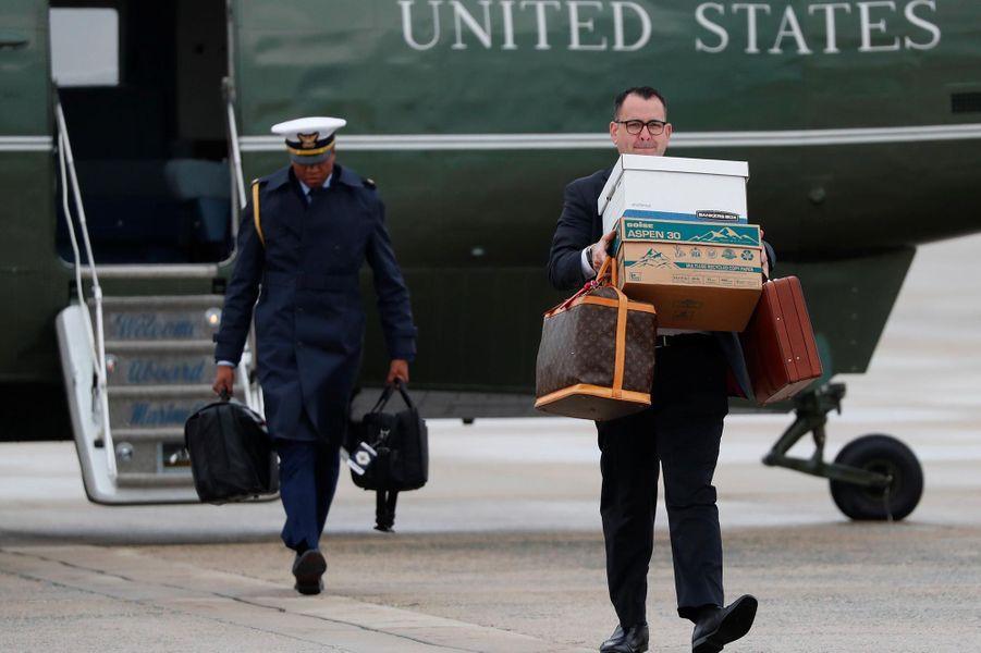 Avant d'embarquer à bord d'Air Force One, le 9 novembre 2018.