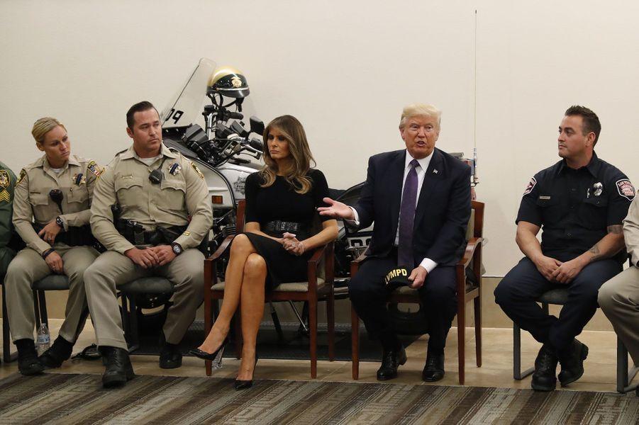 Donald et Melania Trump rencontrent les policiers de Las Vegas, mercredi.