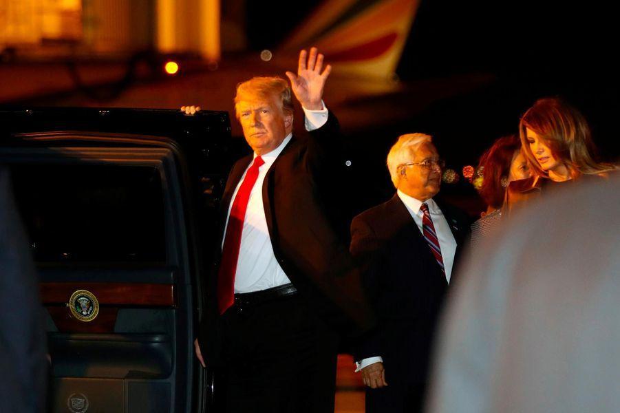 Melania et Donald Trump descendant d'Air Force One, le 29 novembre 2018.