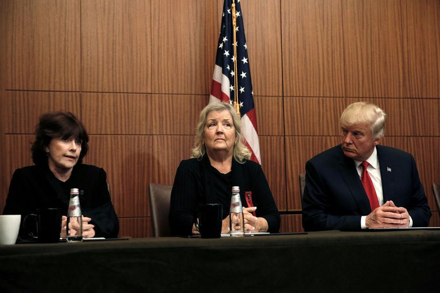 Juanita Broaddrick, Kathleen Willey et Donald Trump dans un hôtel de Saint-Louis, le 9 octobre 2016.