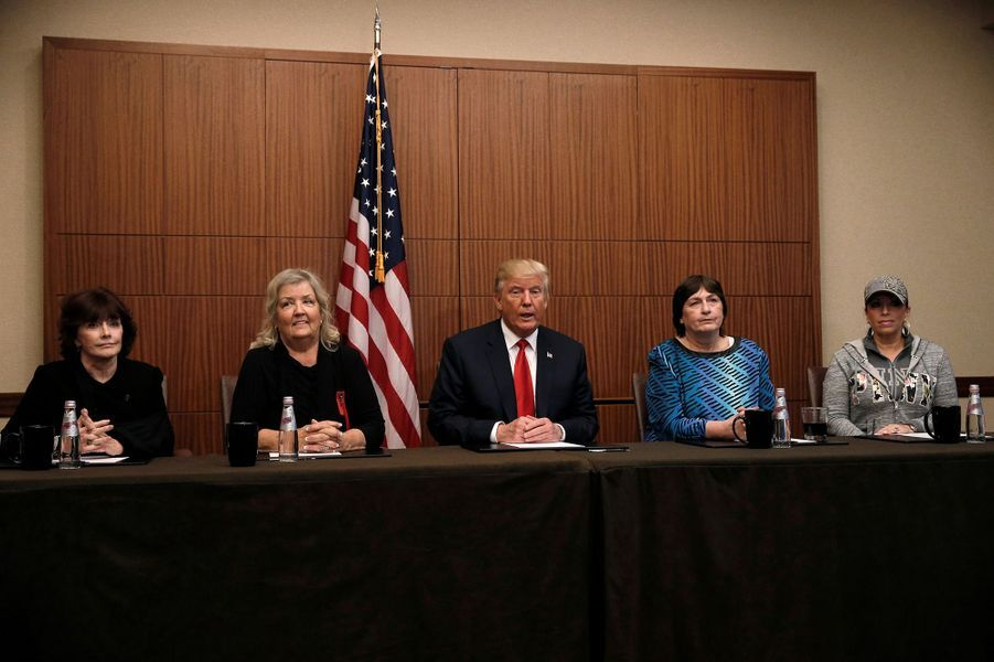 Paula Jones, Kathy Shelton, Juanita Broaddrick et Kathleen Willey entourent Donald Trump dans un hôtel de Saint-Louis, le 9 octobre 2016.