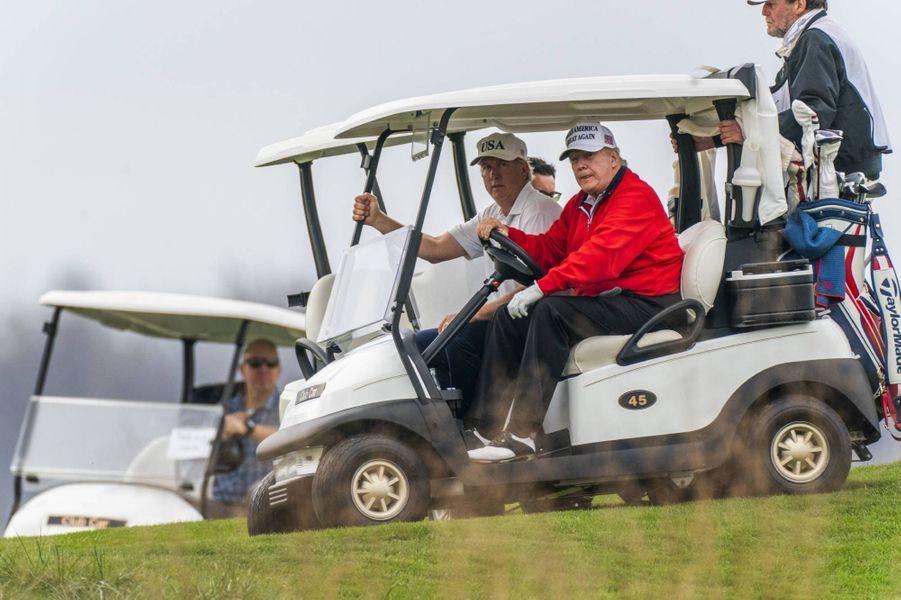 Donald Trump jouant au golf au Trump National Golf Club de Sterling, en Virginie, le 21 novembre 2020.