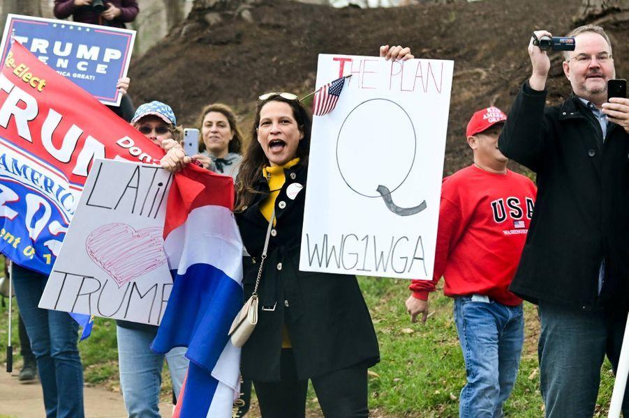 Des partisans deDonald Trump devant le Trump National Golf Club de Sterling, en Virginie, le 22 novembre 2020.