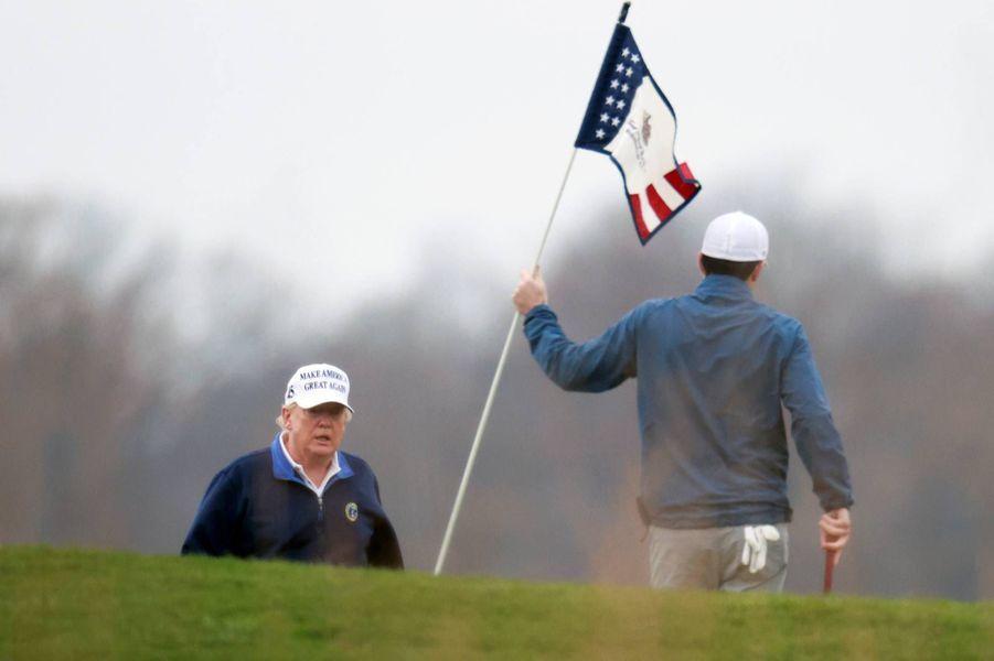 Donald Trump jouant au golf au Trump National Golf Club de Sterling, en Virginie, le 22 novembre 2020.