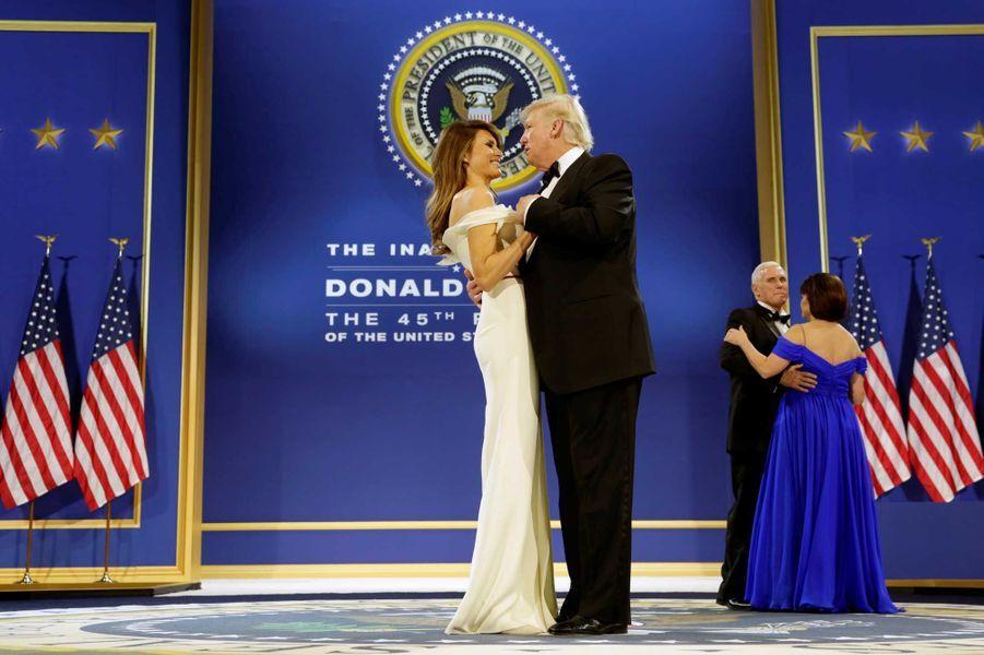 Donald et Melania Trump dansent au Salute to Armed Forces Ball