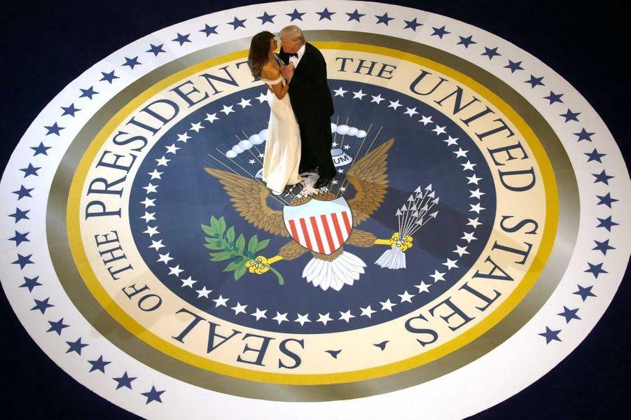 Donald et Melania Trump dansent sur le sceau présidentiel lors du Salute to Armed Forces Ball, vendredi soir à Washington.