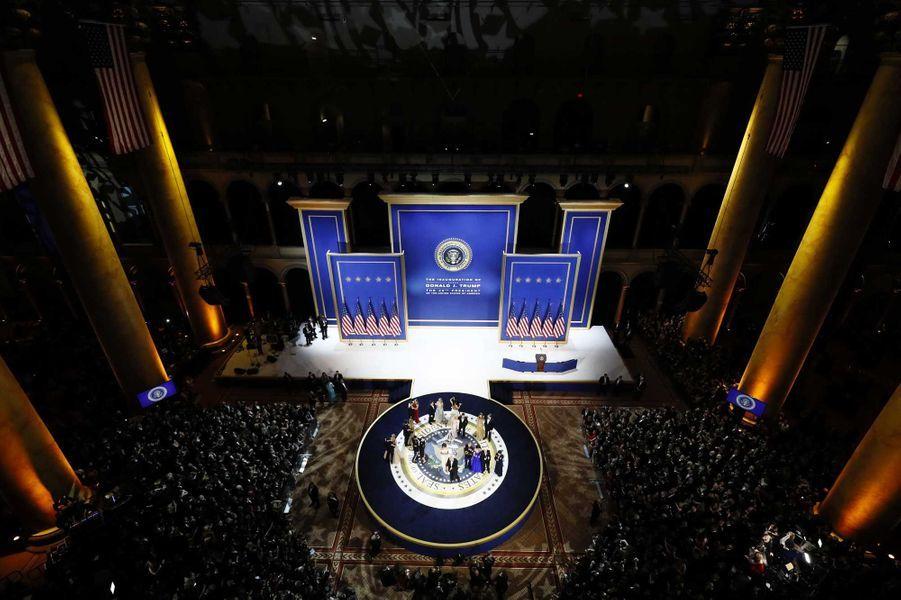 Donald et Melania Trump dansent lors du Salute to armed forces ball, vendredi soir à Washington.