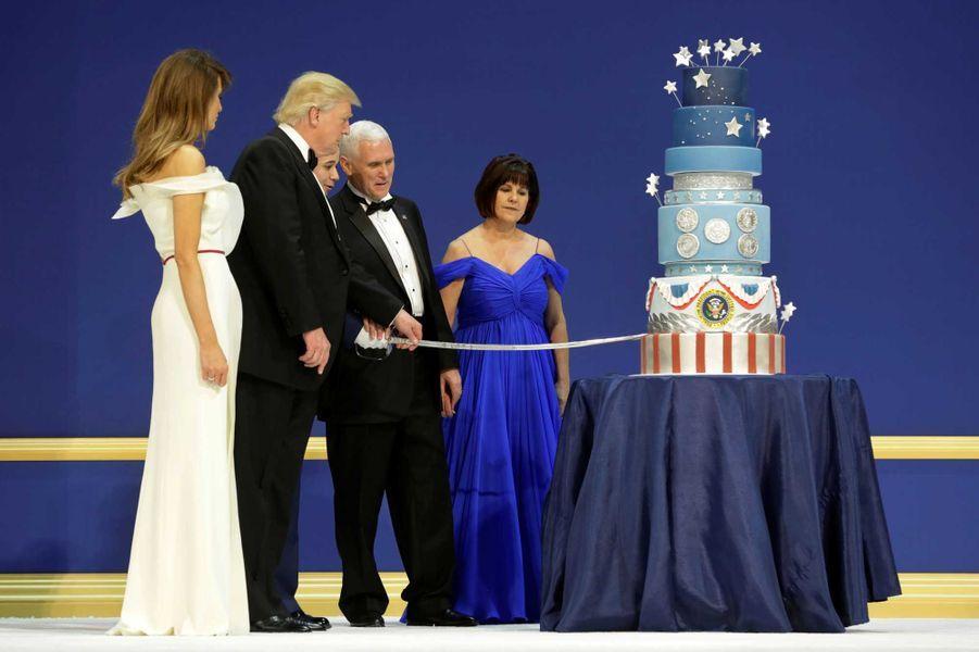 Donald et Melania Trump découpent le gâteau lors du Armed Services Ball, vendredi soir à Washington.