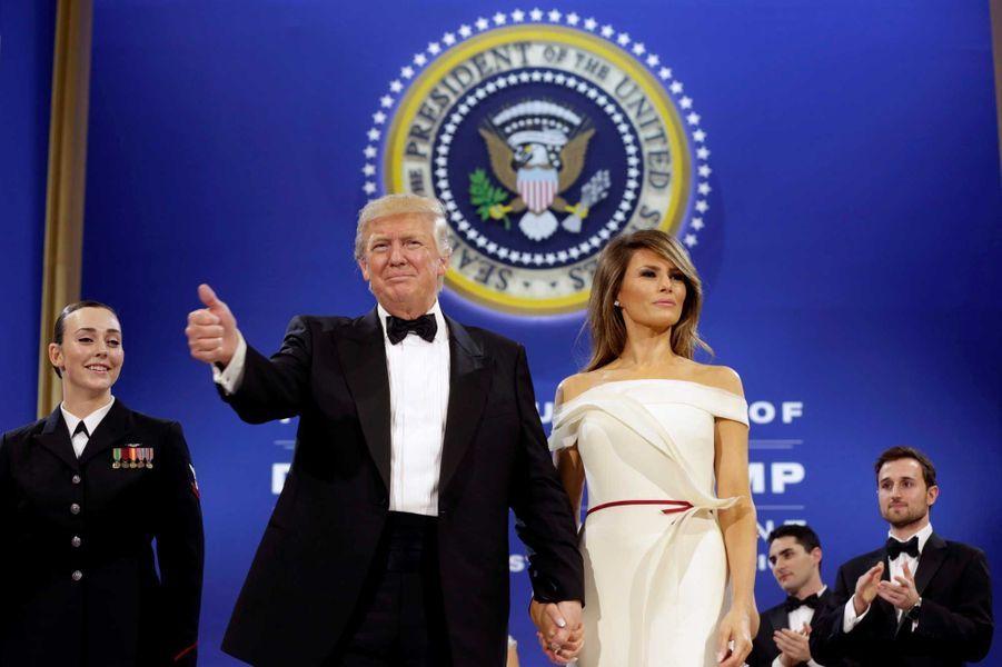 Donald et Melania Trump saluent la foule au Salute to Armed Forces Ball, vendredi soir à Washington.