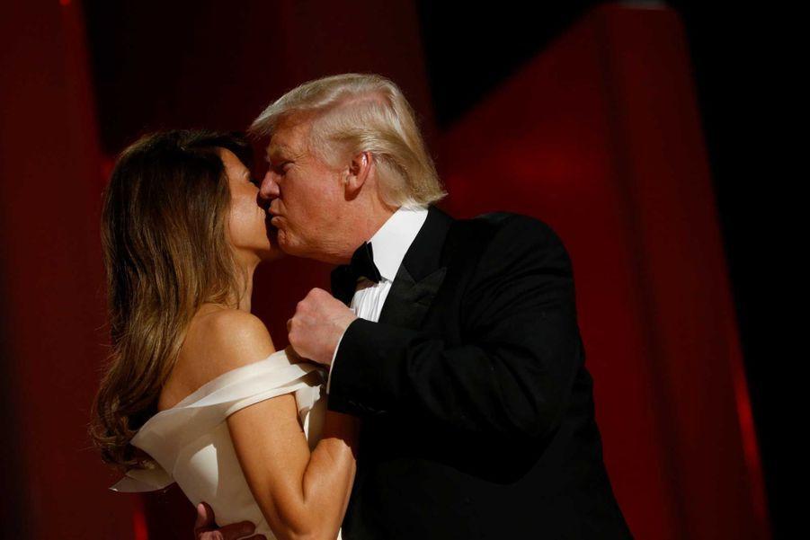 Donald Trump embrasse Melania lors du Liberty Ball à Washington.