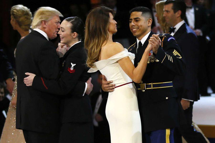 Melania Trump a dansé avec le sergent-chef Jose Medina, de l'armée, et Donald Trump a dansé avec le maître de deuxième classe Catherine Cartmell, de la Navy.