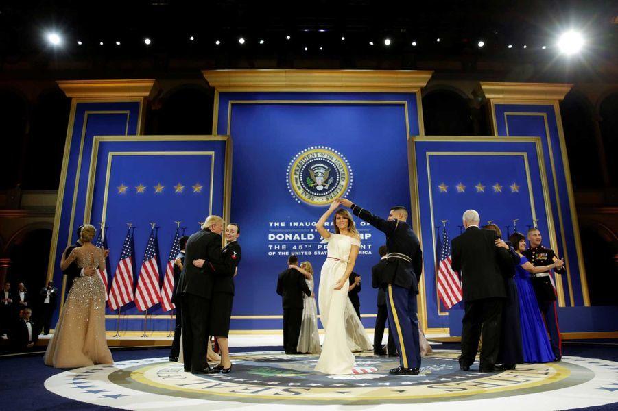 Donald Trump et Melania ont changé de cavaliers auSalute to Armed Forces Ball : chacun à dansé avec un militaire, tout comme Mike et Karen Pence.