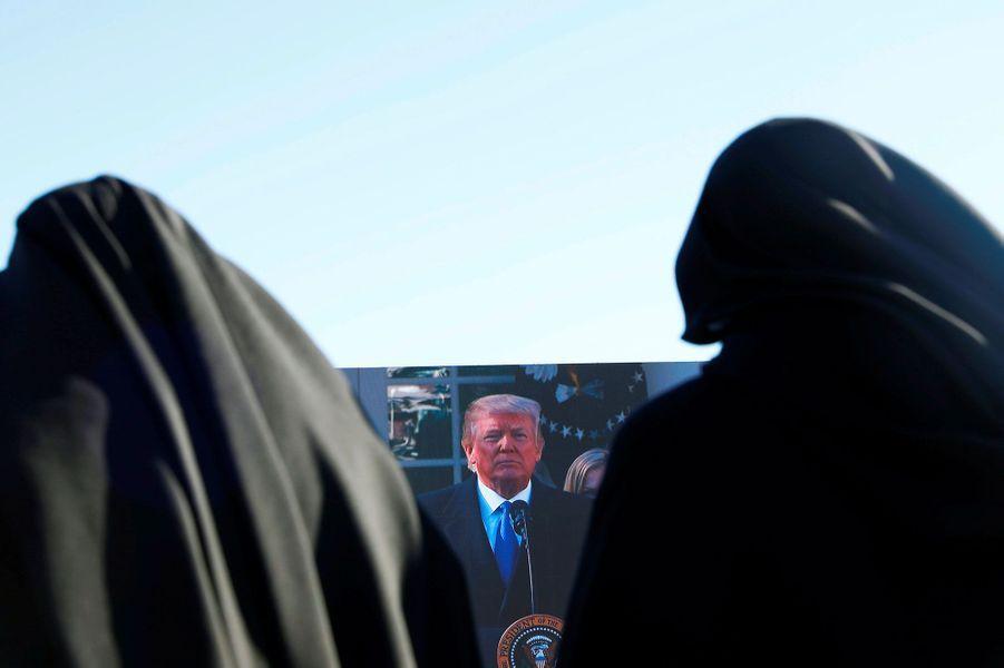 Le discours du président américain était retransmis sur des écrans géants, le 19 janvier 2018.