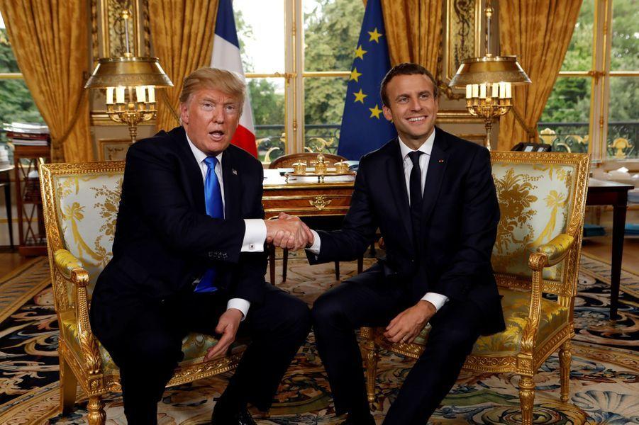 Poignée de mains entre Donald Trump et Emmanuel Macron, à l'Elysée jeudi après-midi.