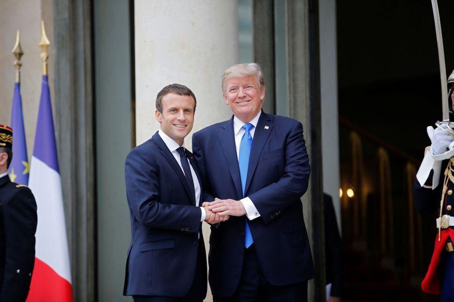 Donald Trump arrive au palais de l'Élysée pour un entretien en tête-à-tête avec Emmanuel Macron, jeudi après-midi.