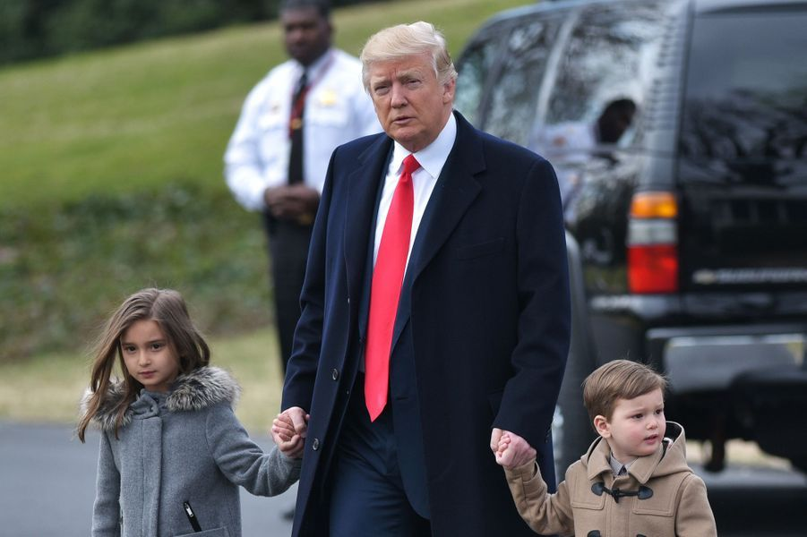 Donald Trump quitte la Maison Blanche avec deux de ses petits-enfants, Arabella et Joseph, le 17 février 2017.