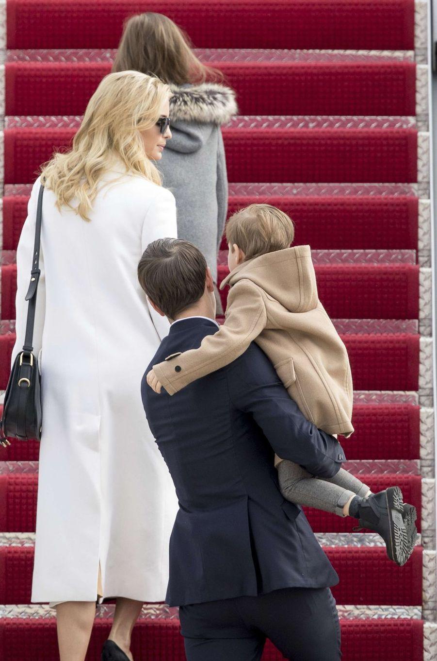 Jared Kushner, Ivanka Trump avec leurs enfants Joseph et Arabella sur la base militaire d'Andrews, le 17 février 2017.