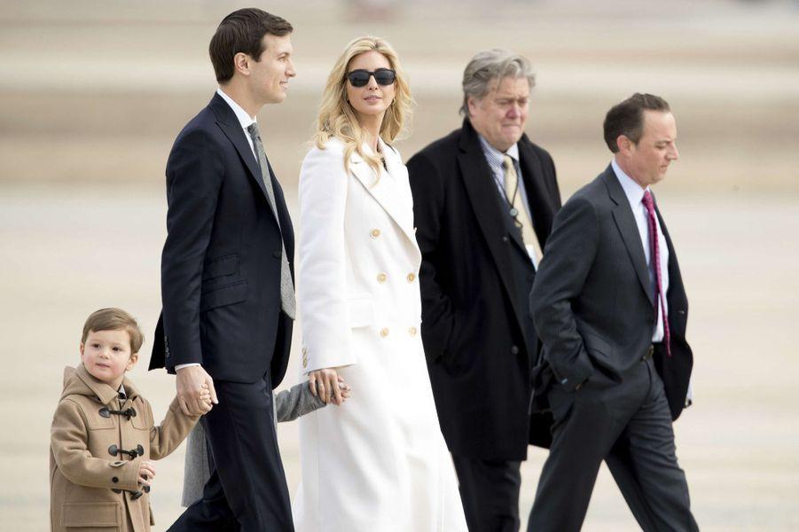 Jared Kushner, Ivanka Trump avec leurs enfants Joseph et Arabella, et Steve Bannon et Reince Priebus sur la base aérienne d'Andrews, le 17 février 2017.