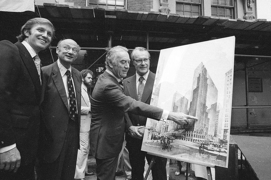 Donald Trump devant les plans du projet pour le New York Hyatt Hotel/Convention, en juin 1978.