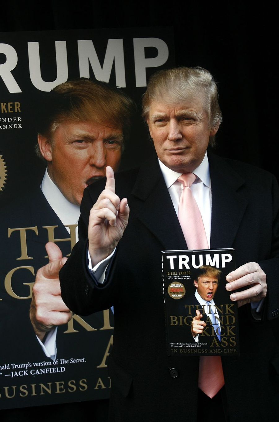 Donald Trump et son livre «Think Big and Kick Ass in Business and Life», en octobre 2007.