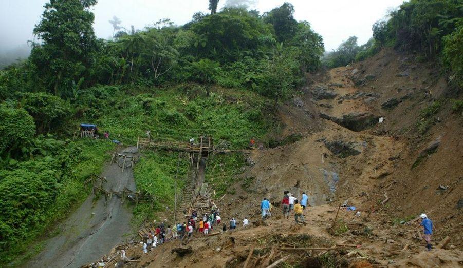 Une quinzaine de jours seulement après le passage du typhon Wasi aux Philippines, l'archipel fait de nouveau face à une catastrophe. Un glissement de terrain a fait 25 morts et une centaine de disparus jeudi dans la localité de Pantukan, sur l'île de Mindanao, ont rapporté jeudi les services locaux de sécurité et de secours.