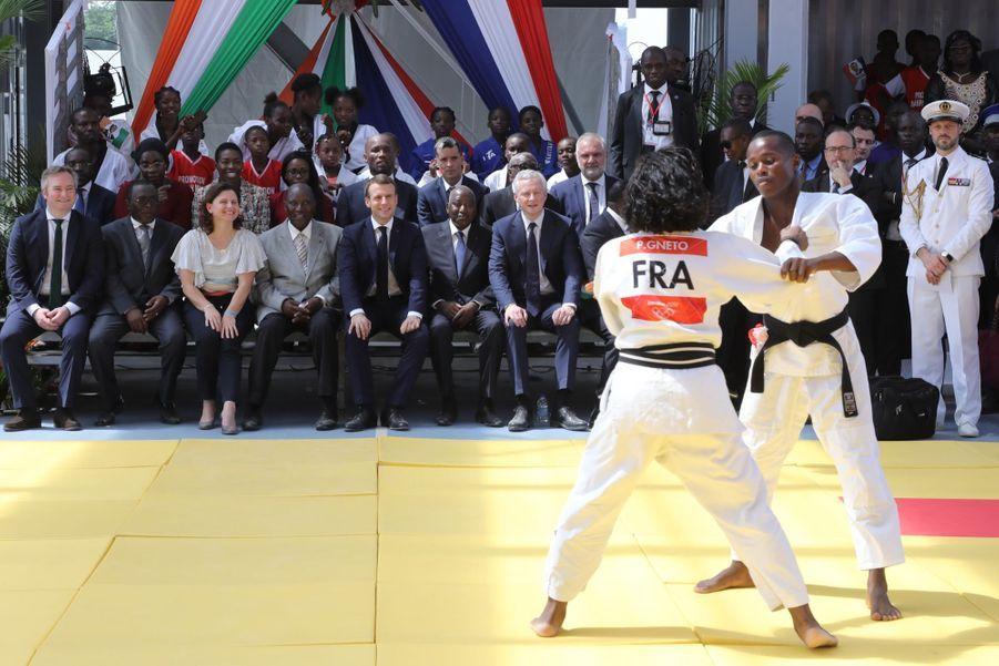 Emmanuel Macron a inauguréun complexe sportif dans le quartier populaire de Koumassi, à Abidjan, en compagnie de l'ex-footballeur Didier Drogba, samedi 21 décembre 2019.