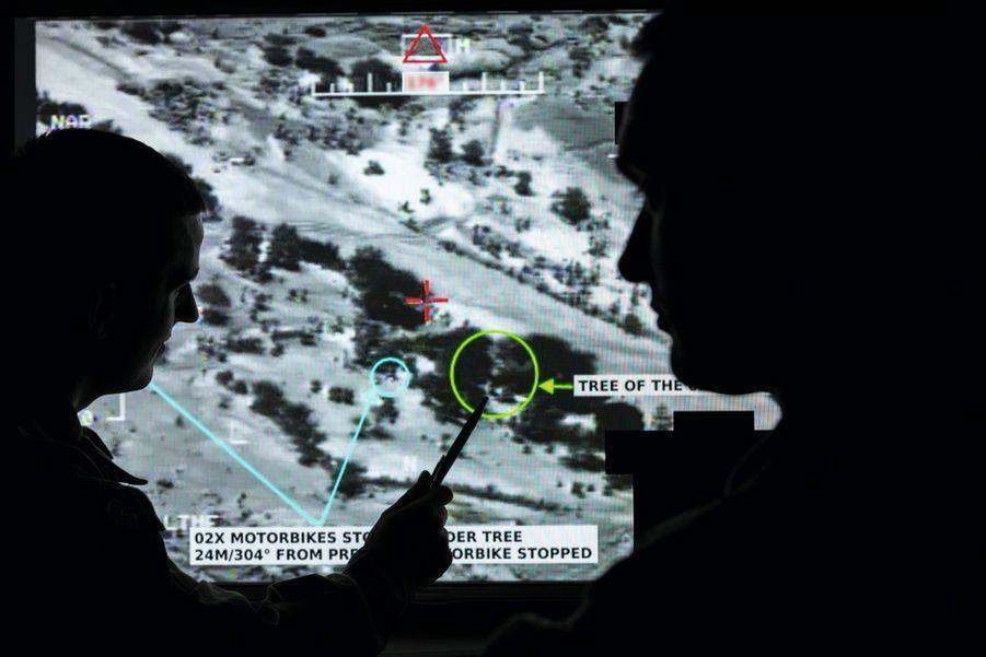Au commandement, on zoome sur le bivouac établi dans les rochers : la zone à bombarder.