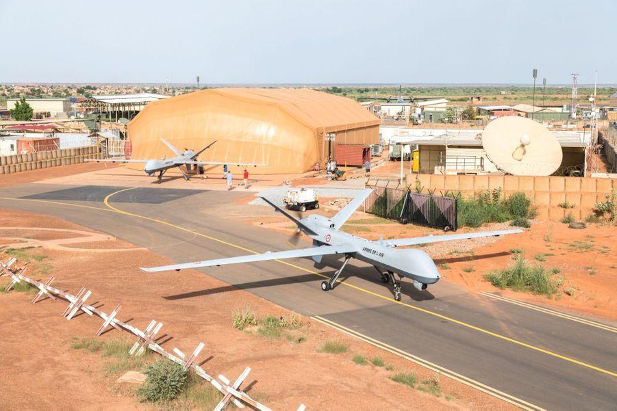 Paré au décollage. Guidé au sol par une petite caméra, l'un des trois Reaper quitte le parking en direction de la piste. Sur la droite, l'antenne parabolique qui permet de commander le drone en vol à des centaines de kilomètres.