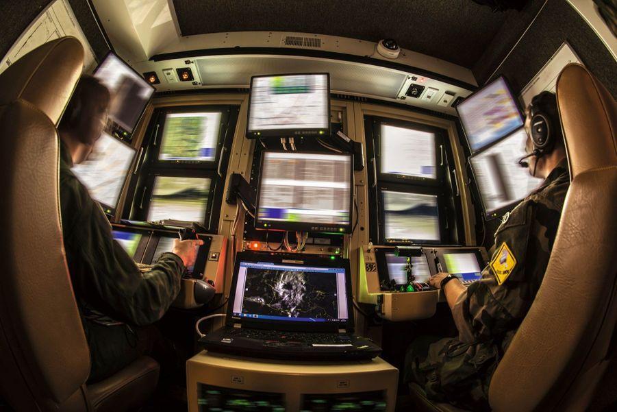 Comme un vrai cockpit : dans la « tranche avant », le poste de pilotage au sol. A droite du pilote, l'opérateur capteur ausculte la zone surveillée.