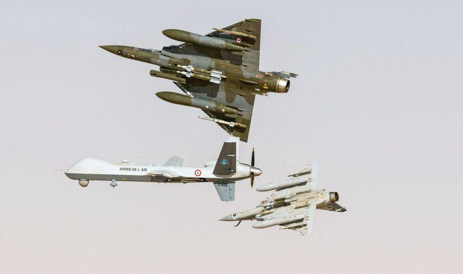 En mars, au Mali. Sous le nez du drone Reaper, une caméra ; sous les deux Mirage 2000, des bombes et des missiles.