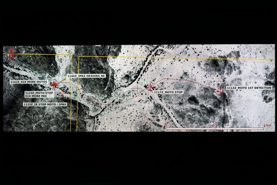En pointillé rouge : l'itinéraire de la moto. De dr. à g., 1113Z : première détection de la moto. 1117Z : la moto s'arrête. 1144Z : trois hommes vont à la rencontre du deux-roues. D'autres motos arrivent.