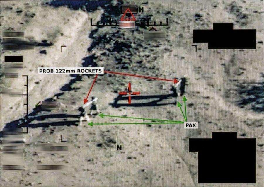 Ils ont déterré deux lance-roquettes qu'ils installent en direction de forces françaises