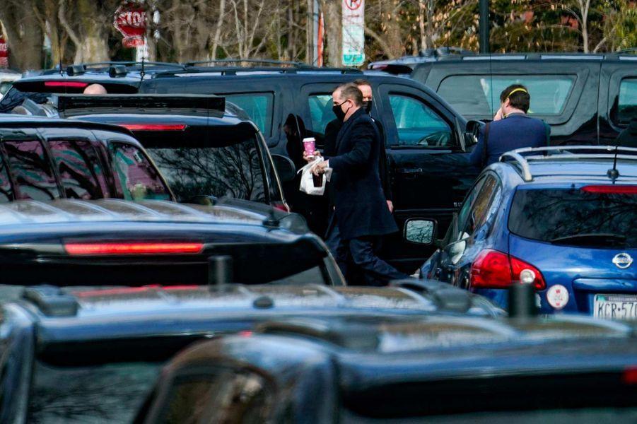 Après la messe, l'escorte présidentielle s'est arrêtée pour qu'Hunter Biden achète des bagels, le 24 janvier 2021.