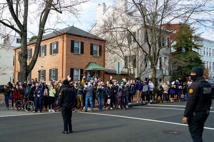 Des passants saluant l'escorte de Joe Biden à Washington, le 24 janvier 2021.